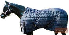 Capa de inverno para cavalo. Em nylon, possui presilhas para facilitar a colocação no cavalo, 220g de preenchimento, duplo fecho frontal, tira de pernas ajustáveis, alta durabilidade e qualidade. Utilizar em dias de frio para proteger seu animal.