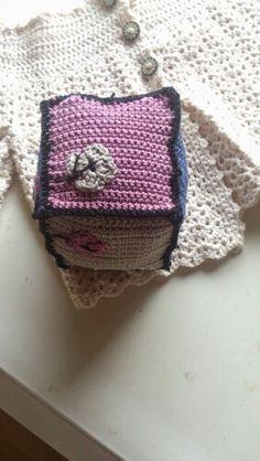 Handmade by Vissing, hækling, hæklerier, bold, legetøj, rangle, trøje,  http://svhedith.wix.com/handmadebyvissing/