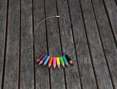 photo du collier en crayons de couleurs