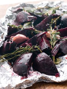 Ingredience: řepa červená 1 kilogram, česnek 5 stroužků (velké stroužky), olej olivový 2 lžíce, ocet Balsamico 2 lžíce, med 1 lžíce, bylinky 5 snítek (tymián, rozmarýn apod. - nemusí být), pepř mletý, sůl.