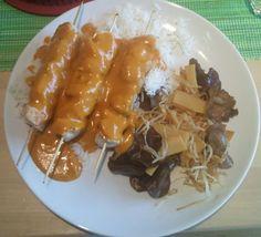 Hähnchenspieße mit Erdnuss Sauce und asiatisches Gemüse