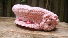 Voor de winter wilde ik graag deze roze baret haken. Een baret staat erg leuk en chique bij de grote en kleine dametjes. Ik heb lichtroze acrylgaren gebruikt en heb deze baret uit het hoofd gehaakt zonder patroon.