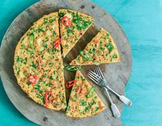 This spicy prawn frittata is an 'all round' dinner time winner (see what we did there? Prawn Recipes, Spicy Recipes, Fish Recipes, Seafood Recipes, Uk Recipes, How To Cook Steak, How To Cook Pasta, How To Cook Chicken, Cooking Tofu