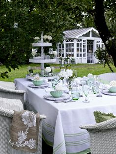Tea under the apple tree Baby Shower Tea, White Elegance, Apple Tree, Wedding Designs, Outdoor Living, Table Settings, Table Decorations, Black And White, Plants