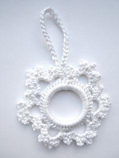 E Strea Chikitu: Christmas decoration hooks – Bożena - Crochet Diy Crochet Ornaments, Crochet Christmas Wreath, Crochet Christmas Decorations, Crochet Decoration, Handmade Ornaments, Crochet Crafts, Crochet Snowflake Pattern, Christmas Crochet Patterns, Crochet Snowflakes