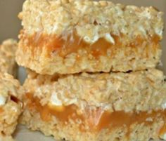 Caramel Stuffed Krispy Treats - Hugs and Cookies XOXO Fudge Recipes, Cookie Recipes, Dessert Recipes, Bake Sale Recipes, Rice Krispie Bars, Krispie Treats, Rice Crispy Treats, No Bake Treats, Bon Dessert