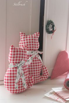 Gingham, not calico, cats Sewing Toys, Sewing Crafts, Sewing Projects, Diy Projects, Fabric Toys, Fabric Crafts, Red Cottage, Red Gingham, Cat Pattern