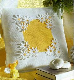 Yellow and white pillow with crochet daisies! Crochet Cushions, Crochet Pillow, Diy Pillow Covers, Cushion Covers, Daisy Patches, Cute Bedding, Crochet Daisy, Yellow Cottage, Daisy Girl