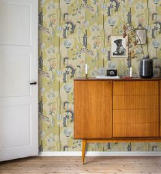 A wallpaper with a colourful and powerful impact which lends character to the room. #trestintas #trestintasbarcelona #wallpaper #wallcovering #interiordesign #sandbergwallpaper #signatur