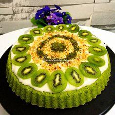 Süper Ispanaklı Tart Kek Ben ıspanaklı pasta ile tanışalı 10 seneden fazla oldu, ilk gördüğümde çok şaşırmış, yediğimde lezzetine inanamamıştım. Çünkü ıspanağın bir pastaya bu kadar yakışacağı bir pastayı, bir keki bu kadar güzelleştirebileceği kimin aklına gelirdi ki 😁😁ama pardon pardon birilerinin aklına gelmiş ki zamanın da bu güzel tarif ortaya çıkmış👍 ISPANAKLI TART KEK …