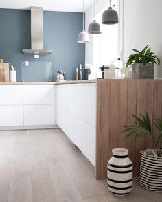 Color contrast in white kitchen walls Kitchen Dinning, New Kitchen, Kitchen Decor, Stylish Kitchen, Kitchen Walls, Küchen Design, House Design, Cocinas Kitchen, Cuisines Design