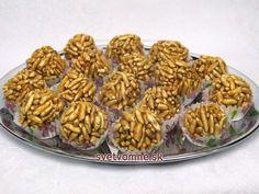 Karamelové vegan guľôčky • Recept   svetvomne.sk Tahini, Almond, Cereal, Vegan, Cookies, Breakfast, Food, Crack Crackers, Morning Coffee