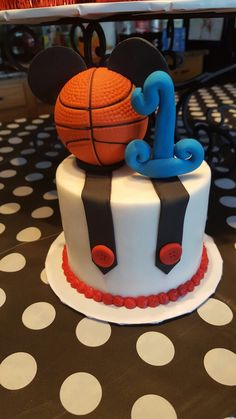 Mickey Mouse sports cake