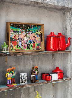 Na Tok&Stok já é São João e um dos convidados é o artista plástico Clóvis Junior. Batizada com o nome da obra do artista na qual é inspirada, ela traz uma estampa viva, multicolorida e com personagens típicos da festa junina nordestina, como músicos, casal de noivos, balão e bumba meu boi.