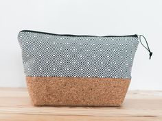 Stoff und Kork = perfekte Kombi Sewing Projects, Projects To Try, Cork Fabric, Bronze, New Bag, Pouches, Purses And Bags, Diy And Crafts, Wallets