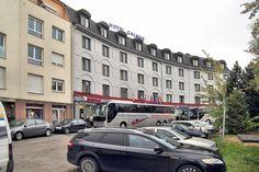 A la plaza está el hotel Galaxie también.