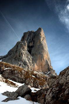 Una pared vertical de roca de 550 metros (Pico Urrielu) Astúrias (Naranjo de Bulnes) Spain