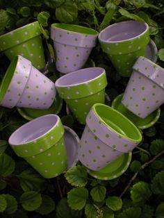 Polka Dot Flower Pot Wedding Favors by HappyMooseGardenArt on Etsy Terracotta Flower Pots, Painted Flower Pots, Painted Pots, Flower Pot Crafts, Clay Pot Crafts, Diy Crafts, Drip Painting, Finger Painting, Ceramic Pots