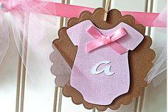 Oi Mamães!! Esta chegando o dia do seu chá de bebê? Que tal você fazer este lindo varalzinho para pendurar na decoração com o nome da s...