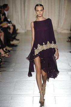 Otro diseñador que se inspiró en la cultura Hindú fue Marquesa quien presentó, en la semana de la moda, vestidos estilosari con telas exuberantes y mucho movimiento. Todos ellos adornados con oro …