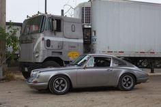 http://www.autoplenum.de/Bilder/testreports/artikel10313-bild03/Porsche-Sammler-und-Urban-Outlaw-Magnus-Walker-aus-Los-Angeles.jpg