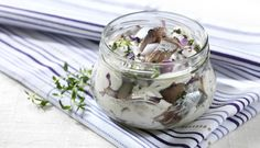 Norwegian Spice-Salted Herring with Garlic and Thyme Norwegian Food, Scandinavian Food, Sour Cream, Mason Jars, Garlic, Spices, Easy Meals, Pudding, Stuffed Peppers