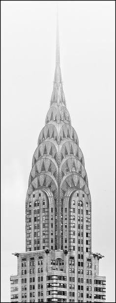 Chrysler Tower  El edificio Chrysler es un buen ejemplo del estilo arquitectónico art decó; la ornamentación distintiva de la torre está basada en los tapacubos usados por entonces en los automóviles Chrysler. En cada esquina del piso 61 hay una gárgola con forma de águila.4 En las esquinas del piso 31, están unas réplicas de las tapas de los radiadores de los automóviles Chrysler de 1929, a las que se les añadieron unas alas.5