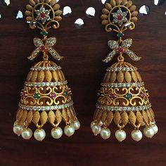 Gold Jhumka Earrings, Indian Jewelry Earrings, Jewelry Design Earrings, Gold Earrings Designs, India Jewelry, Jhumka Designs, Gold Designs, Temple Jewellery, Jewelery