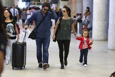 Murilo Benício de Débora Falabella com a família no aeroporto (Foto: Marcello Sá Barreto / AgNews)