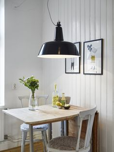 Cute kitchen nook in a Scandinavian styled Gothenburg apartment. Love the vintage feel, the fresh flowers and the industrial lamp. Cute Kitchen, Kitchen Dinning, Living Room Kitchen, Home Living Room, Dining Area, Dining Room, Kitchen Nook, Blueberry Home, Scandinavian Apartment