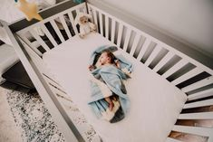 If you're the parent of a newborn baby, you may be wondering when and how to help your baby transition from a bassinet or basket to a crib. Check out these seven hacks to effectively get your baby to transition to crib without too much struggle. Erwarten Baby, Get Baby, Baby Sleep, Baby Bassinet, Baby Cribs, Baby Bedding, Transition To Crib, Best Baby Blankets, Pack N Play