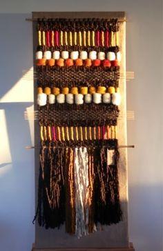 Telaresytapices .... Maria Elena Sotomayor : Telares al sol del atardecer ... Weaving Textiles, Weaving Art, Weaving Patterns, Tapestry Weaving, Loom Weaving, Textile Patterns, Weaving Wall Hanging, Boho Wall Hanging, Finger Weaving