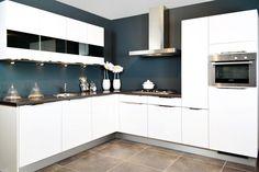 Keukens acties Moderne witte hoekkeuken met glaskasten