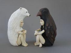 L'artiste Crystal Morey imagine des sculptures en céramique étranges et fascinantes. Se basant sur différentes représentations d'humains affublés d'éléments du monde animalier, ces créations ressemblant à des totems nous plongent dans un monde à part. Plus dans la suite.