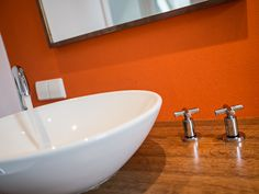 Konsequente Materialauswahl setzt sich auch in den Badezimmern fort. Freistehende Objekte lassen den Raum lebendiger wirken.
