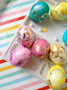 hand painted Easter eggs, DIY Easter eggs, easter egg decor ideas, Easter Table Centerpiece #Easter #Day #egg #decor #craft #ideas www.loveitsomuch.com
