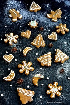 Turtă dulce decorată cu glazură de zahăr | Bucate Aromate Christmas Party Food, Christmas Desserts, Biscuits, Chef Paul, Love Chocolate, Gingerbread, Deserts, Cooking Recipes, Healthy Recipes
