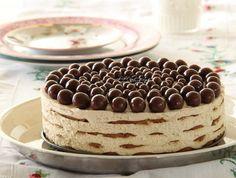 Acest tort va dispărea repede de pe platou, pentru că e super bun! INGREDIENTE: -500 gr de frișcă; -500 gr de mascarpone; -70 gr de zahăr; -60 ml lichior de cafea; -1 linguriță extract de vanilie; -500 gr de biscuiți speculoos(crocanți); -bule de ciocolată sau fulgi de ciocolată, pentru decor – la dorință. MOD DE PREPARARE: 1.Bateți frișca rece cu brânza mascarpone, zahărul, lichiorul de cafea și vanilia. 2. Așezați un strat de biscuiți pe fundul unei tave de copt detașabile. 3. Puneți ¼ din…
