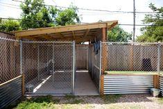 Metal Dog Kennel, Diy Dog Kennel, Kennel Ideas, Outdoor Dog Kennel, Outdoor Dog Area, Outdoor Dog Runs, Dog Kennel And Run, Cheap Dog Kennels, Dog Crate Cover
