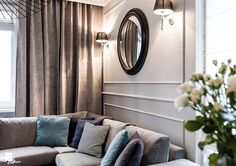 Круглое зеркало и бра в декоре гостиной комнаты фото
