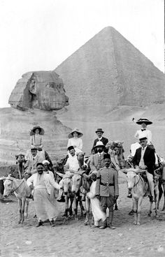 Edwardian tourists pose with camels and their drivers in front of the great pyramid and sphinx at Giza, Egypt. (Photo by Chris Hellier/Corbis via Getty Images) 1900 Egypt Tourism, Life In Egypt, Ancient Egypt History, Pyramids Of Giza, Giza Egypt, Rare Historical Photos, Site Archéologique, Old Egypt, Visit Egypt