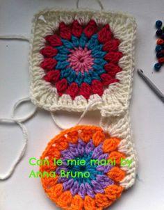 Con le mie mani by Anna Bruno: granny crochet tutorial Crochet Patterns Free Women, Granny Square Crochet Pattern, Crochet Flower Patterns, Crochet Squares, Crochet Granny, Crochet Yarn, Knitting Patterns, Crochet Motifs, Crochet Projects