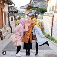 Stylish Street Style Hijabi Outfit Inspiration For Winter - Zahrah Rose Hijabi Girl, Girl Hijab, Hijab Outfit, Modest Dresses, Modest Outfits, Modest Clothing, Muslim Fashion, Korean Fashion, Modest Fashion