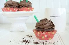 Mocha Cookie Crumble Cupcakes inspired by the mocha starbucks drink. Full of yummy chocolate cookies and plenty of coffee flavor! Sweet Desserts, Just Desserts, Delicious Desserts, Yummy Food, Sweet Recipes, Fall Recipes, Healthy Food, Yummy Cupcakes, Cupcake Cookies