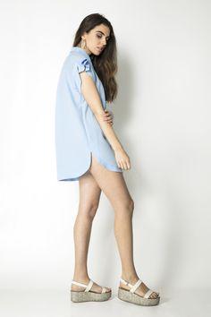 CAMISOLA MAJI  Camisola holgada con cuello camisero.  En color azul cielo, es una prenda cómoda y fresca para lucir espléndida los días de calor. En un suspiro estarás preparada para cualquier plan vacacional que se te presente !!  Además le sacarás muchisimo partido !! ya que puedes llevarla modo vestido, cuando el sol apriete, o combinada con unos pantalones capri para días más frescos.  COMPOSICIÓN 100% poliéster