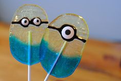 """Who doesn't love """"Despicable Me?"""" And aren't those minions the best part? Adelle has a simple Minion lollipop tutorial to share today using jolly ranchers! Despicable Me Party, Minion Party, Ranchero Alegre, All You Need Is, Minion Food, Minion Treats, Minion Balloons, Jolly Rancher Hard Candy, Cute Minions"""