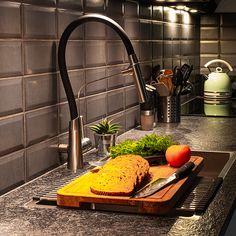 Varberg är en köksblandare i rostfritt stål med mjuka former och en fri flexibel pip med två stråltyper. Den fria slangen gör det enkelt att komma åt med vattenstrålen i hela disklådan och de olika strålbilderna byter du lätt med en knapptryckning på handtaget. Slangen sitter fast mot en arm på blandaren med ett stabilt magnetfäste. #blandare #köksblandare #köksinspo #renovera #kökskran #design #strandstainless #rostfritt Former, Fri, Teak, Kitchen, Design, Kite, Cooking, Kitchens, Cucina