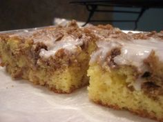 Quick cinnamon roll cake can be made with Duncan Hines Yellow Cake Mix by Keeper Worthy Recipes. Use gf cake mix Cake Mix Desserts, Cake Mix Recipes, Köstliche Desserts, Cookie Recipes, Dessert Recipes, Boxed Cake Recipes, Easter Recipes, Dessert Simple, Cake Mix Coffee Cake