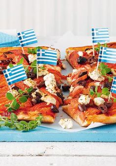 Πίτσα με ντομάτα, φέτα, κρεμμύδι, ελιές και ρίγανη
