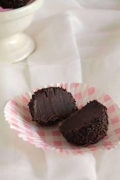 Υπέροχα τρουφάκια από τη Βραζιλία, τα πλούσια σε σοκολάτα και με βελούδινη υφή Brigadeiros από το «The one with all the tastes». | Sokolatomania.gr, Οι πιο πετυχημένες συνταγές για οσους λατρεύουν την σοκολάτα και τις γλυκές γεύσεις.